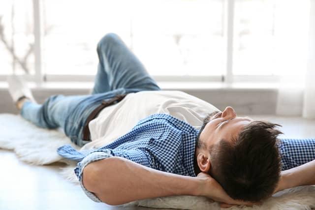 چرا نباید روی زمین خوابید